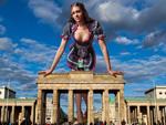 Brust raus, Bauch rein: So sexy sind Daniel Rodans Leder-Dirndl