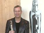 Europäischer Filmpreis 2015: Thomas Hermanns zeigt die Trophäen
