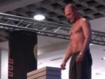 """30 Steine mit Kopf durchschlagen: Weltrekord für Sebastian """"Satu"""" Kopke"""