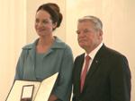 Natalia Wörner trifft Joachim Gauck: Weshalb erhält sie das Bundesverdienstkreuz?
