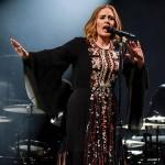 Adele schießt 20 Dollar-Scheine ins Publikum