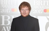 Ed Sheeran hinter der Ladentheke