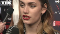 Schweizer Shootingstar – Schauspielerin Ella Rumpf bringt uns Schwizerdütsch bei