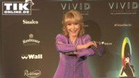 """Vivid-Premiere – Die """"Bezaubernde Jeannie"""" und Lady Dianas Nichte mit Hutdesigner Philip Treacy"""