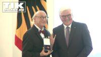 Schreck im Schloss Bellevue – Otto Waalkes lässt sein Bundesverdienstkreuz fallen