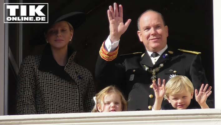 Monacos Nationalfeiertag mit Fürst Albert und Fürstin Charléne - Prinz Jacques lässt sein Spielzeug fallen!