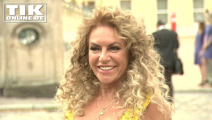 Neuer Look zur Presseball Sommergala - Christine Neubauer verliebt mit blonden Locken!