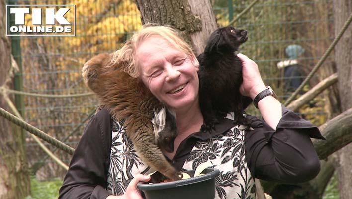 Zahm und süß - Ben Becker kuschelt mit Affen!