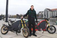 Treten statt Kicken – Max Kruse startet elektrisch in die Zweiradsaison