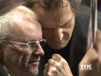 """Liam Neeson albert bei der Premiere von """"96 Hours - Taken 3"""" mit einem Fan am roten Teppich herum"""