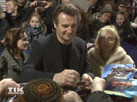 """Liam Neeson schreibt bei der Premiere von """"96 Hours - Taken 3"""" viele Autogramme"""