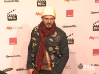 Manuel Cortez kam mit knallgelber Mütze und lässigem Schaal zum 99Fire Film Award