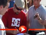 Adam Sandler gibt Autogramme