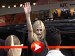 Avril Lavigne winkt den Fans