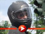 Brad Pitt mit Motorrad unterwegs