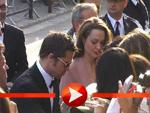 Brad Pitt und Angelina Jolie schreiben Autogramme