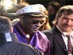 Chuck Berry: Von der Bühne getragen