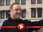 Kevin James lädt zum Photocall inklusive Küsschen für die Fotografen