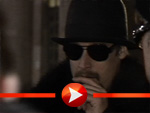 Kid Rock schreibt trotz Zigarre Autogramme