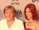 Angela Merkel trifft Miss IFA: Promis plaudern über Technik!
