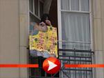 Michael Jackson mit Plakaten für seine Fans in Berlin