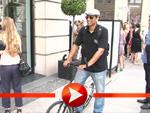 Xavier Naidoo rollert durch Berlin