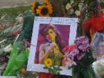 3. Todestag von Amy Winehouse: Fans ehren sie mit Kippen und Alkohol