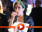 Amy Winehouse nach einem Mc Donalds-Besuch in Berlin 2007