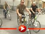 Arnold Schwarzenegger auf dem Fahrrad durch Graz