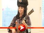 Aura Dione singt spontan ein Lied