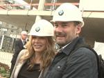 Mit Helm, Schaufel und Hammer: Promi-Auflauf auf der BMW-Baustelle