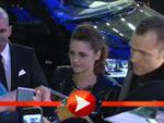 Taylor Lautner und Kristen Stewart umzingelt von Fans