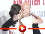 Bruce Willis küsst seine Frau Emma