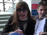 """Carla Bruni: """"Autogrammstunde"""" bei Abreise am Flughafen"""