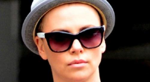 Charlize Theron Mag Ihre Kurzen Haare Nicht Tikonlinede