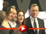 Daniel Craig posiert mir Sam Mendes, Barbara Broccoli und Bérénice Marlohe