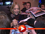 """Die Stars des Films """"Die Tür"""" geben fleißig Autogramme"""