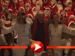 Emil Steinberger von Weihnachtsmännern umzingelt