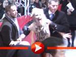 Mit nackten Brüsten protestieren FEMEN-Aktivistinnen auf der Berlinale