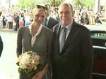 Fürst Albert von Monaco mit Fürstin Charlène in Berlin gelandet: Sie hält sich einen Blumenstrauß vor den Bauch
