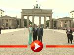 Fürst Albert von Monaco und Charlène posieren vor dem Brandenburger Tor.