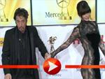 Al Pacino tritt seiner Freundin auf das Kleid