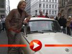 Thomas Gottschalk mit dem Trabant in Berlin unterwegs