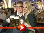 Rolf Scheider mit hübscher Begleitung im Berliner 'Hofbräu'