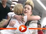 Jedward verteilen Küsschen an die Fans