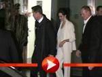 Brad Pitt verlässt mit Angelina Jolie und Bierflasche durch einen Hinterausgang das Kino