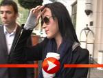 Katy Perry mit Kaffe und Handwärmern in Berlin
