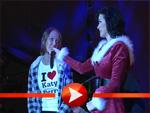 Katy Perry holt einen überraschten weiblichen Fan auf die Bühne