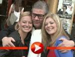 """Claude Oliver Rudolph posiert mit zwei jungen Damen für """"Klappe Cowboy"""""""