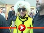 Lady Gaga stöckelt über den Flughafen Tegel
